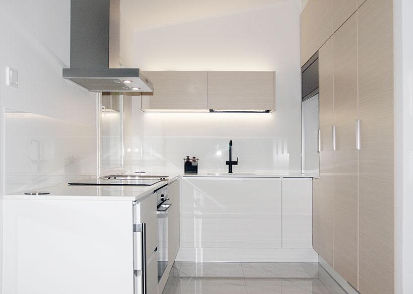 Koivu, marmori ja kiiltävä valkoinen toimivat upeasti yhteen tässä modernissa keittiössä