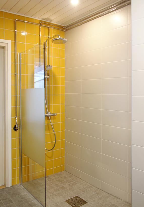 Auringonkeltainen kylpyhuone raikastaa kehon ja mielen :)