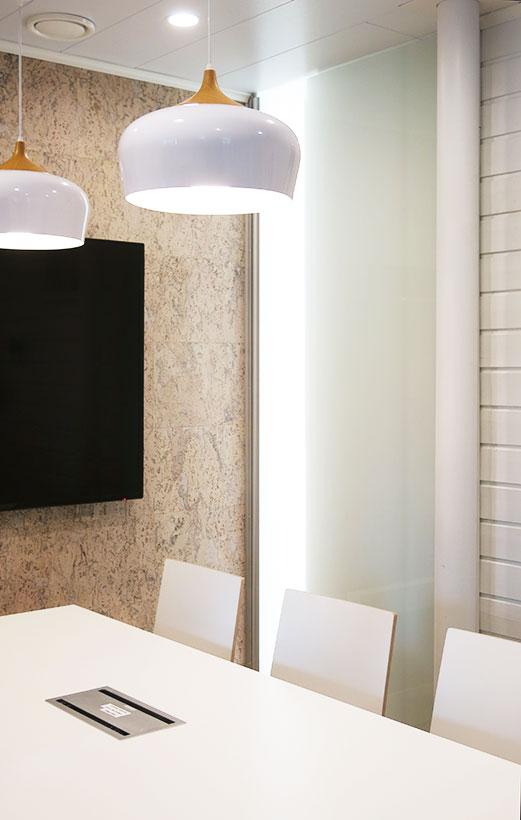 Neuvotteluhuoneen sisustuksessa pintamateriaalit ja valaistus luovat viihtyisän tunnelman