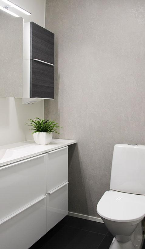 Valkoinen avartaa pienessä wc-tilassa