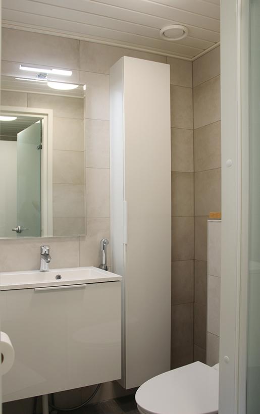 Pieneenkin wc-tilaan saadaan runsaasti säilytystilaa toimivilla kalusteratkaisuilla