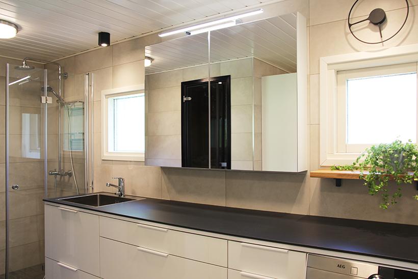 Yhdistetty kylpy- ja kodinhoitohuone suunniteltiin toimivaksi kokonaisuudeksi